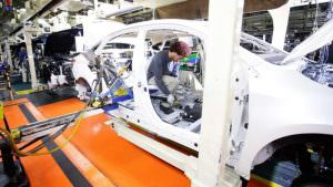 While the rest of the auto industry increasingly uses robots in manufacturing, Toyota has taken a contrarian stance by accentuating human craftsmanship